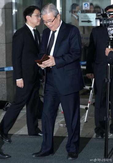 [사진]조문 마치고 나서는 김종인