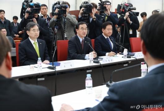 [사진]자한당 북핵외교안보특위-방미단 연석회의 참석한 조명균 장관