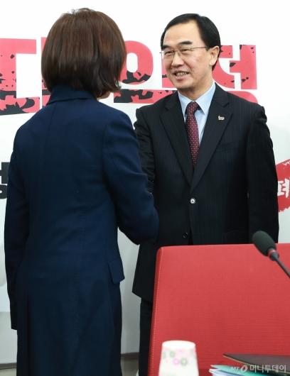 [사진]자유한국당 찾은 조명균 통일부 장관