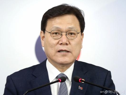 [사진]2019년 금융위원회 업무계획 발표하는 최종구