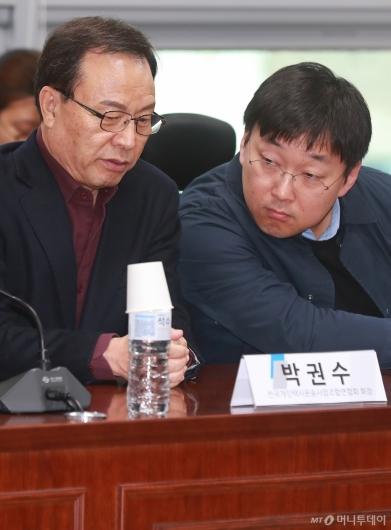 [사진]대화하는 박권수 개인택시연합회장-정주환 카카오모빌리티 대표