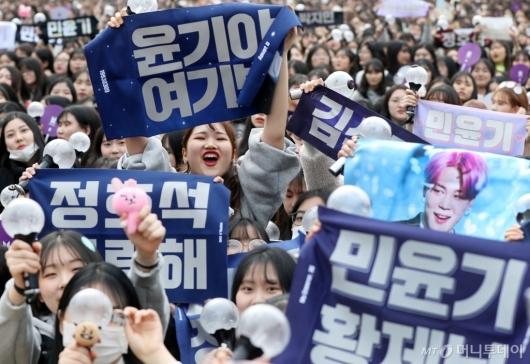 [사진]방탄소년단 데뷔 2080일 축하하는 팬들