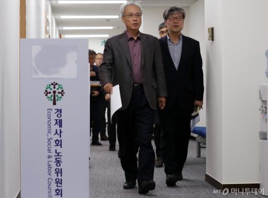 [사진]경사노위 회의실 들어서는 문성현 위원장
