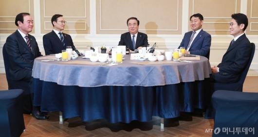 [사진]환담하는 국회의장-4당 원내대표