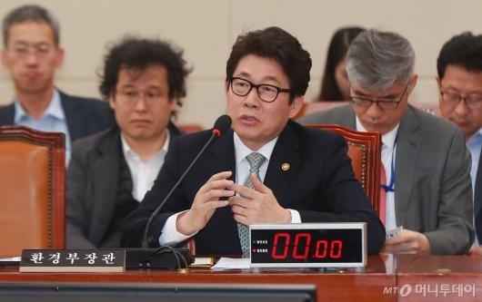 [사진]미세먼지 관련 답변하는 조명래 환경부 장관