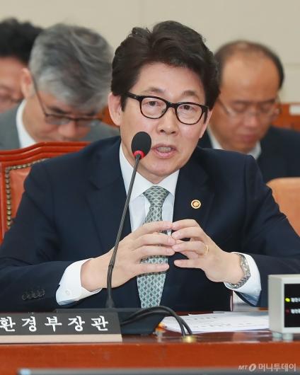 [사진]미세만지 관련 답변하는 조명래 환경부 장관