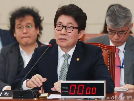 [사진]미세먼지 관련 답변하는 조명래 장관