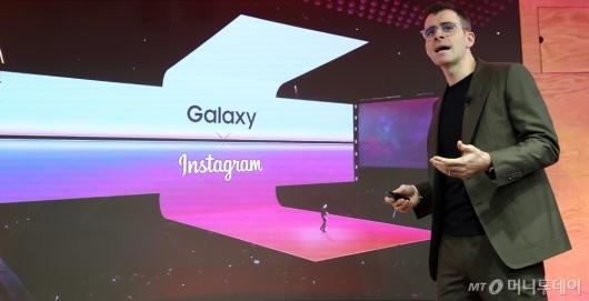 [사진]인사말하는 아담 모세리 인스타그램 대표