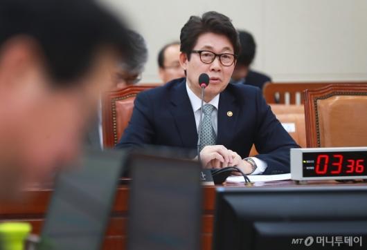 [사진]미세먼지 관련 답변하는 조명래 환경부장관