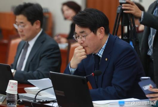 [사진]자료 살펴보는 박용진 의원