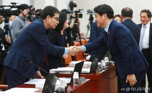 [사진]악수하는 박용진-곽상도 의원