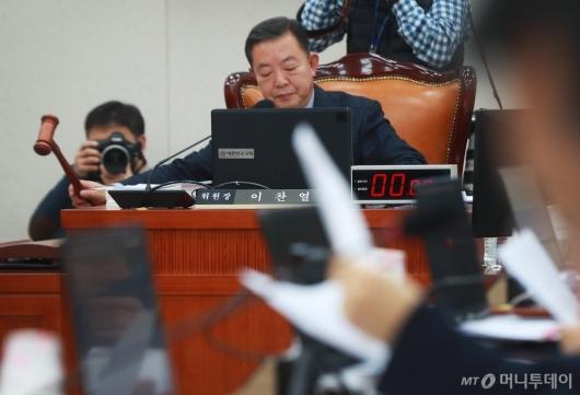 [사진]의사봉 두드리는 이찬열 교육위원장