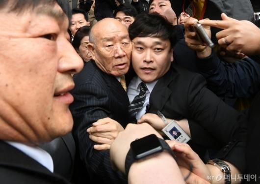 [사진]끌려가듯 이동하는 전두환 전 대통령