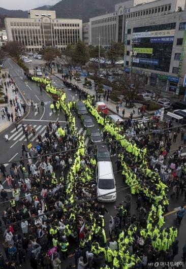 [사진]전두환 차량 둘러싼 시민들