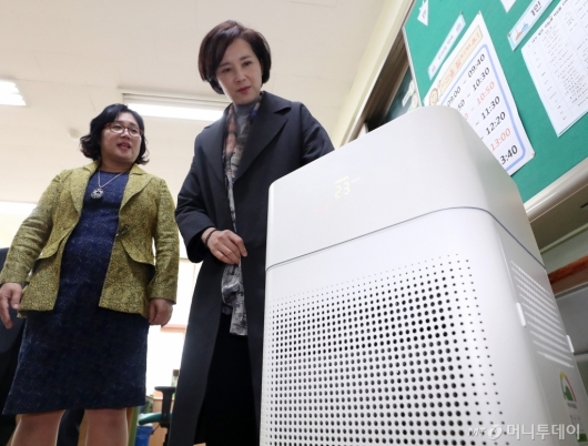[사진]초등학교 교실에 설치된 공기청정기