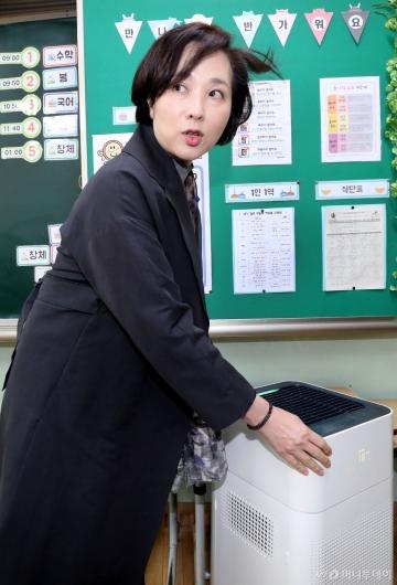 [사진]초등학교 교실에 설치된 공기청정기 점검하는 유은혜