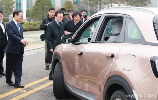 [사진]자율주차 시연하는 이해찬-홍영표