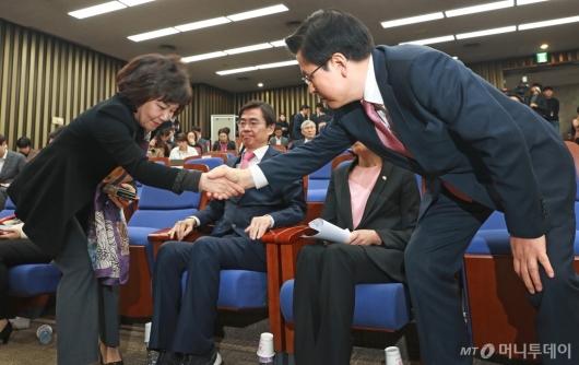 [사진]악수하는 김순례-황교안