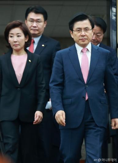 [사진]의원총회 참석하는 황교안