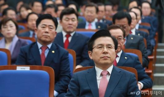 [사진]의원총회 참석한 황교안