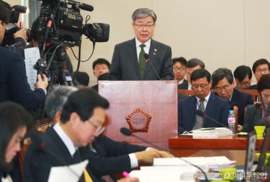 [사진]환노위 출석한 이재갑 장관