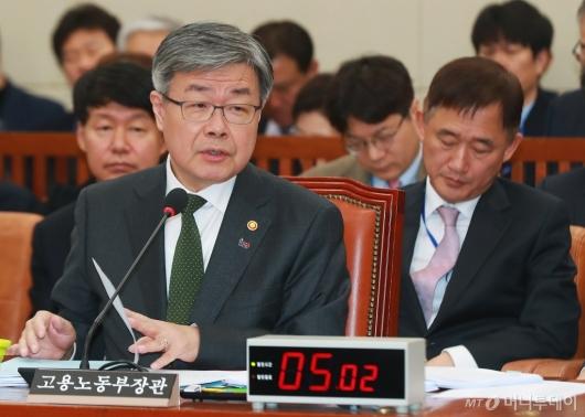 [사진]답변하는 이재갑 노동부 장관