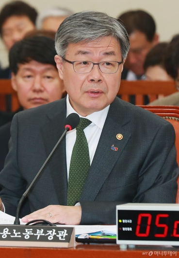 [사진]답변하는 이재갑 고용노동부 장관