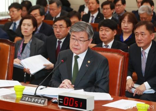 [사진]답변하는 이재갑 장관