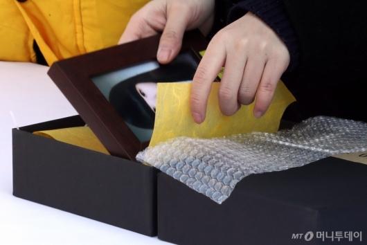[사진]상자에 담겨지는 세월호 희생자 영정