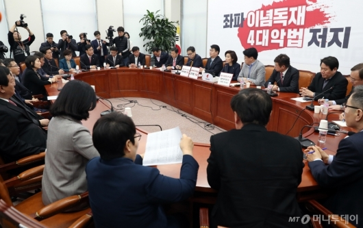 [사진]긴급 대책회의하는 자유한국당