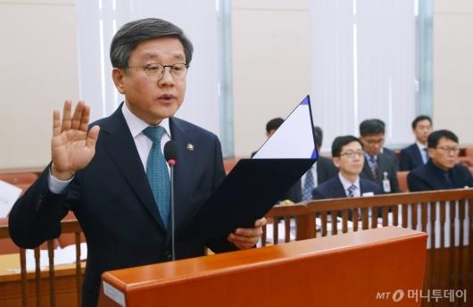 [사진]선서하는 김창보 중앙선관위원 후보자