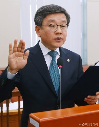 [사진]선서하는 김창보 중앙선거관리위원 후보
