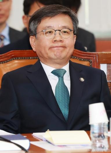 [사진]굳은 표정의 김창보 중앙선관위원 후보