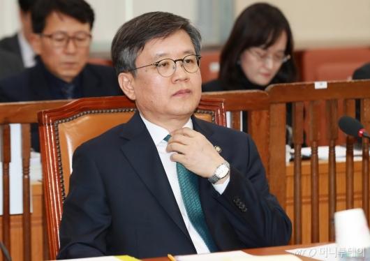 [사진]넥타이 만지는 김창보 중앙선관위원 후보