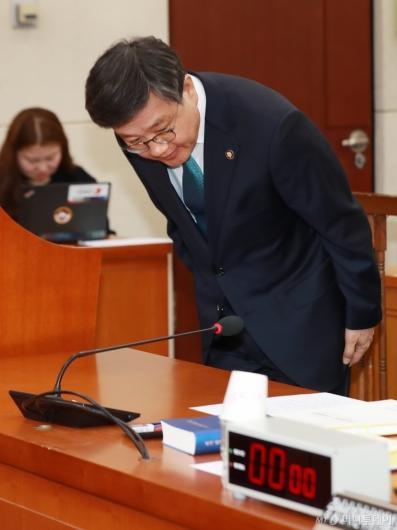 [사진]인사하는 김창보 중앙선관위원 후보자