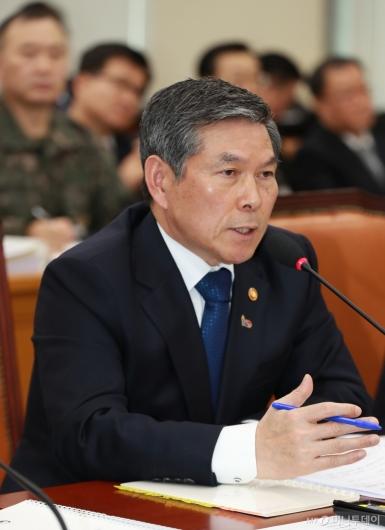 [사진]답변하는 정경두 국방장관