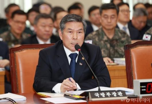 [사진]답변하는 정경두 국방부 장관