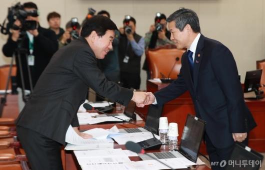 [사진]악수하는 정경두 장관-김진표 의원
