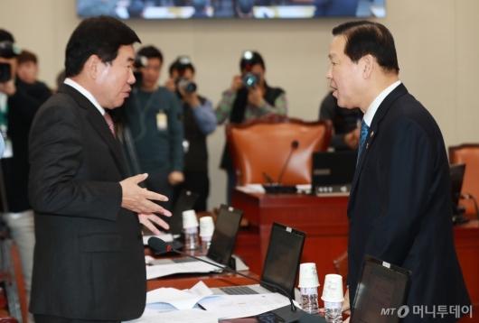 [사진]대화하는 기찬수 병무청장-김진표 의원