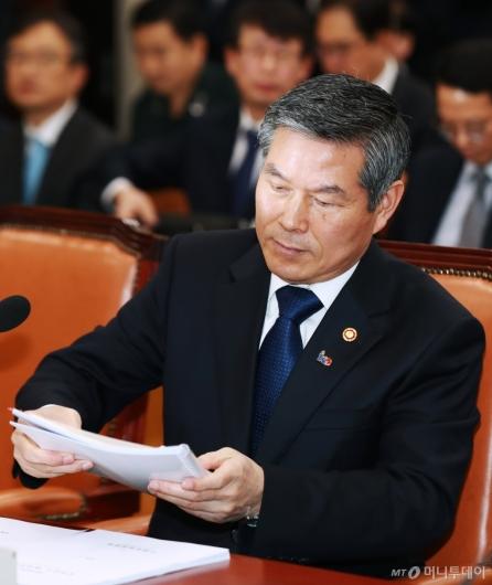 [사진]답변자료 정리하는 정경두 국방부 장관