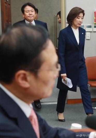 [사진]운영위 참석하는 나경원 자한당 원내대표