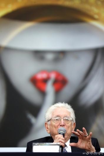 [사진]질문에 답하는 제리 그린버그 회장