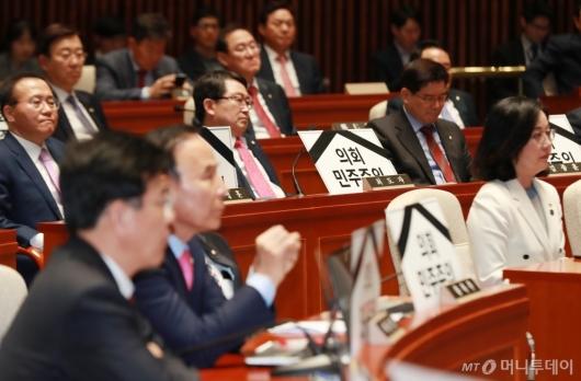 [사진]의총 참석한 자한당 의원들