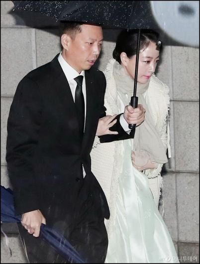 [사진]정주영 명예회장 18주기 참석하는 정대선-노현정 부부