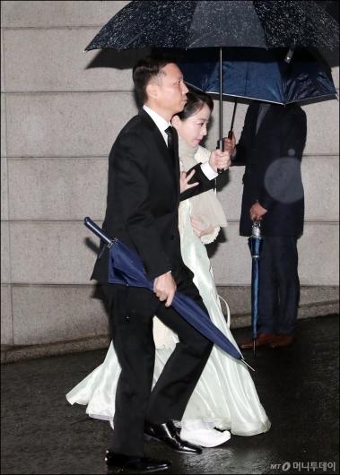 [사진]정대선-노현정 부부, '정주영 명예회장 제사 참석'