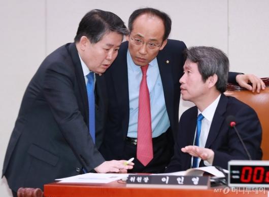 [사진]대화하는 남북경협특위 위원장과 여·야 간사