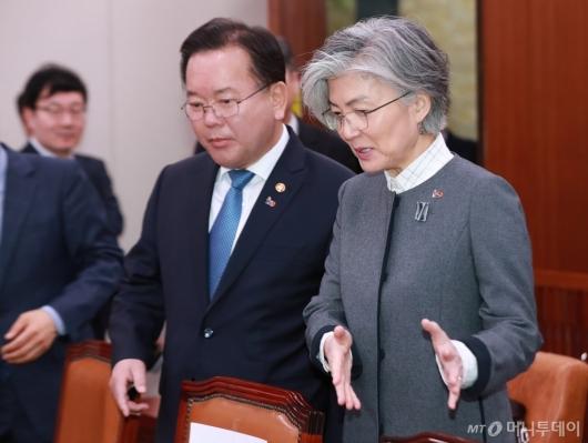 [사진]대화하는 김부겸-강경화 장관