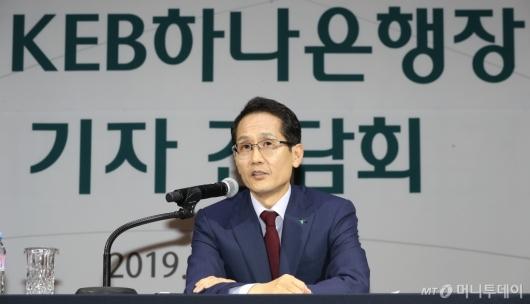 [사진]답변하는 지성규 신임 KEB하나은행장
