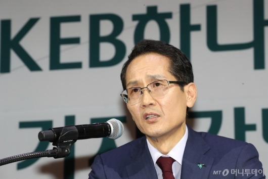 [사진]취재진 질문에 답하는 지성규 신임 KEB하나은행장