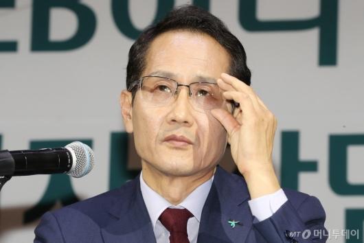 [사진]질문 듣는 지성규 신임 KEB하나은행장
